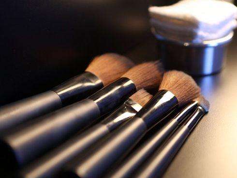A importância de limpar os pincéis de maquiagem.