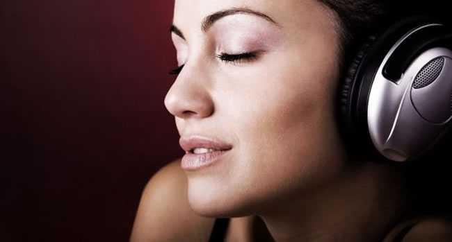 mulher-com-fone-de-ouvido-escutando-música3