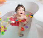 Cantar e conversar fazem do banho momento de aprendizado para  bebês e crianças