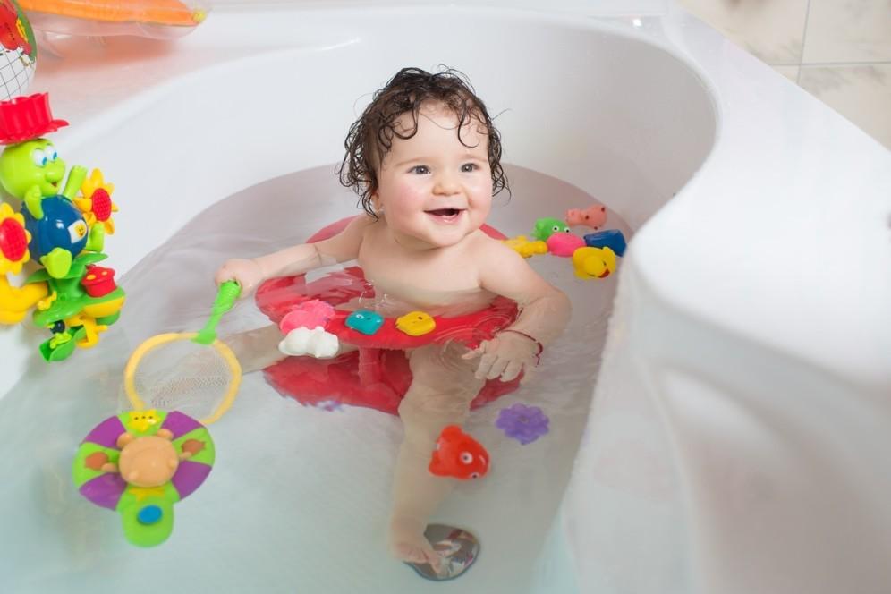 bebe-brincando-no-banho-com-brinquedos-na-banheira-foto-bolyuk-rostyslavshutterstockcom-00000000000166D1